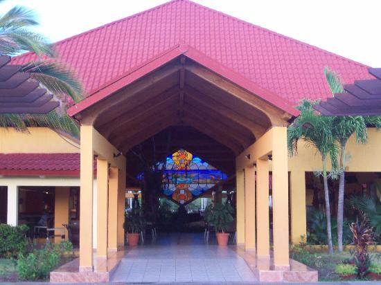 Iberostar Mojito: Entrance to main lobby from pool area