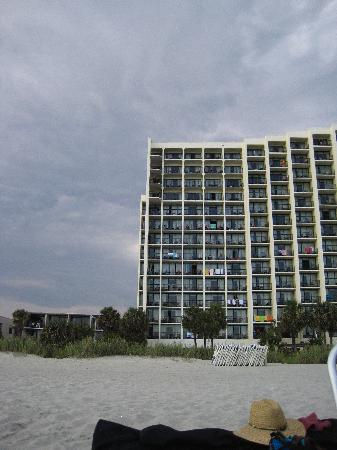Sea Crest Oceanfront Resort: Sea Crest from the beach