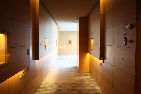 Park Hyatt Seoul: 廊下の壁には韓国の伝統調度品