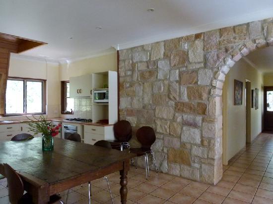 Bushland Cottages & Lodge: Lodge kitchen