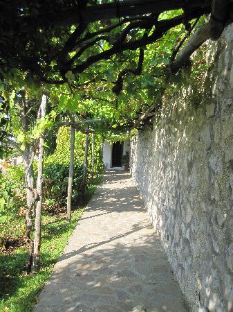 Da Gelsomina: Walkway from Restaurant to Room