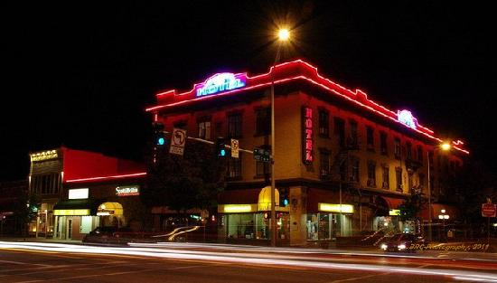 The Kalispell Grand Hotel: NIght view of the Grand Hotel