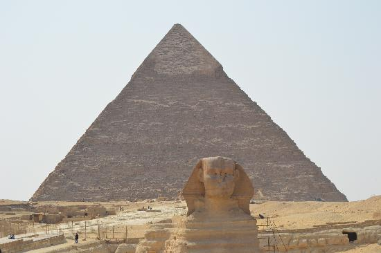 Cheops-Pyramide: The Sphinx with the Great Pyramid in the background.