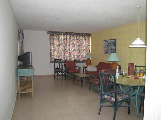 Hotel Beach House Playa Dorada: Our room sitting area