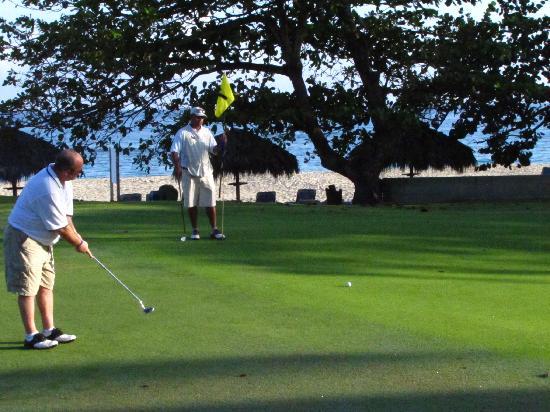 Hotel Beach House Playa Dorada: Golfing Hole 7 Green beside the ocean