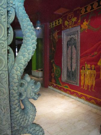 โรงแรมตูกู มาลัง: Richly decorated halls in red