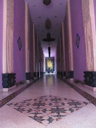 โรงแรมตูกู มาลัง: A magical walkway