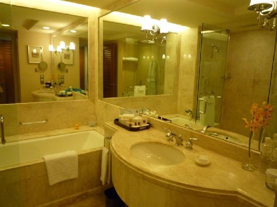 โรงแรมคอนราด เซ็นเทนเนียล สิงคโปร์: Well-equipped bathroom
