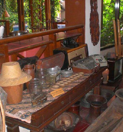 โรงแรมสุกาจาดิ: Cultural & antique items on display around common areas throughout the hotel..