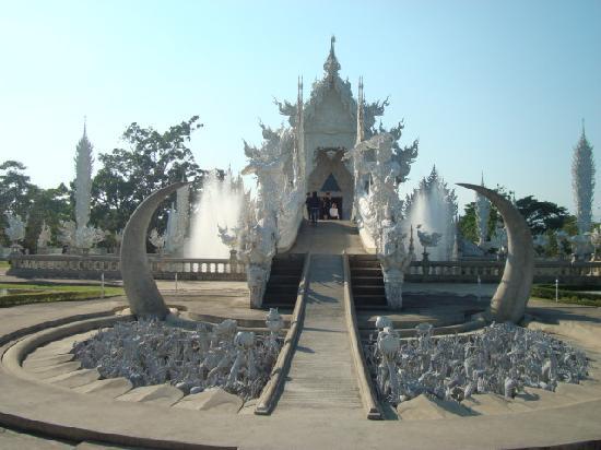 วัดร่องขุ่น: White temple