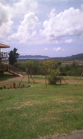 Banna Park: 奥には海が見えて見晴らしはさいこうです。