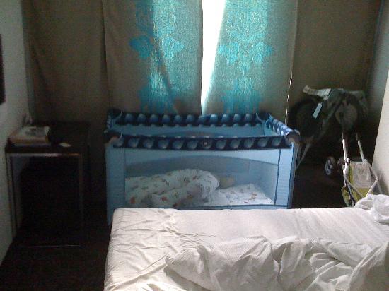 Motel One Muenchen-Sendl. Tor: crib in room