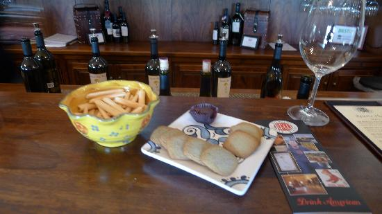 Reynolds Family Winery: Wine tasting, with crackers and chocolates