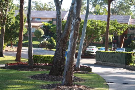 โรงแรมคอมฟอร์ทอินน์ & สวีทส์ โรเบิร์ทสัน การ์เด้นส์: beautiful peaceful grounds surround the Motel rooms & Vills