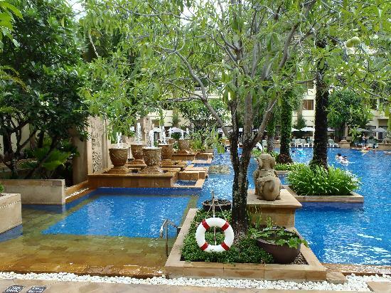 ฮอลิเดย์ อินน์ รีสอร์ท: Pool out side near breakfast