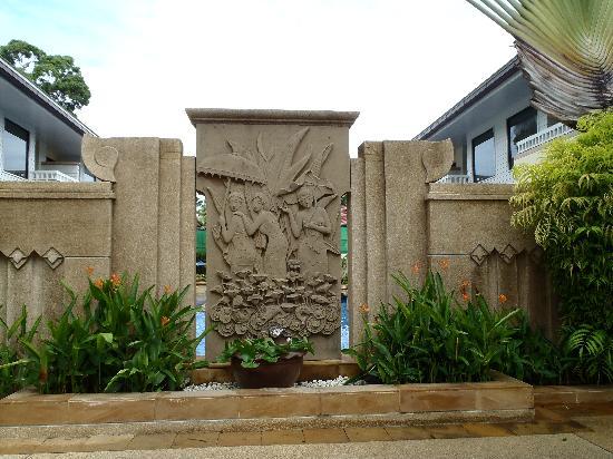 ฮอลิเดย์ อินน์ รีสอร์ท: Busakorn private pool behind this wall
