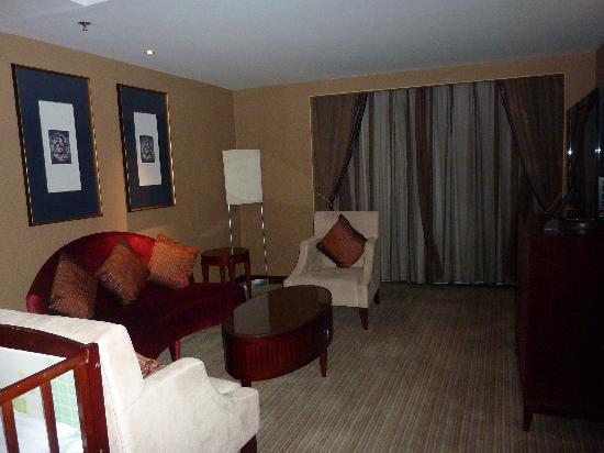 โรงแรม โซฟิเทล ออน เหรินหมิง สแควร์ ซีอาน: Suite loungeroom