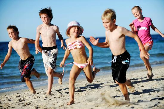 Mandalay Holiday Resort and Tourist Park: Kids on the beach