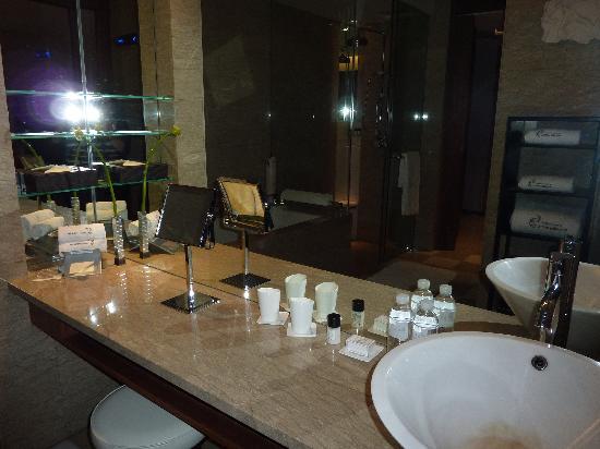 เลส์ สวีท โอเรียนท์ บันด์: Bathroom