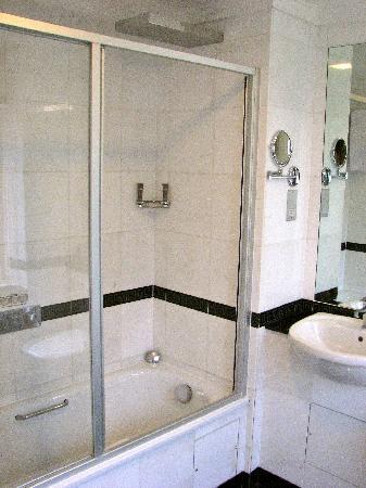 Grange Beauchamp Hotel: Shower and Tub