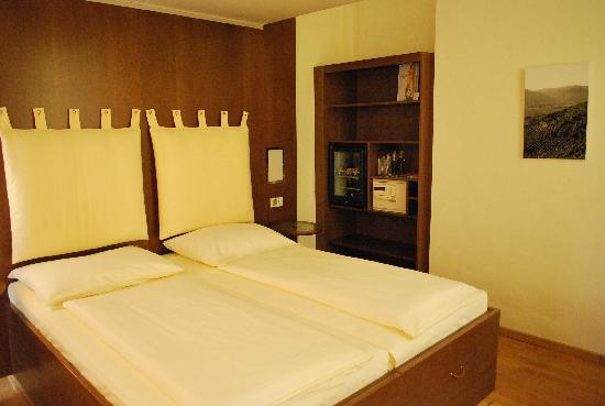 Hotel Rathaus Wein & Design : ベッドは広々