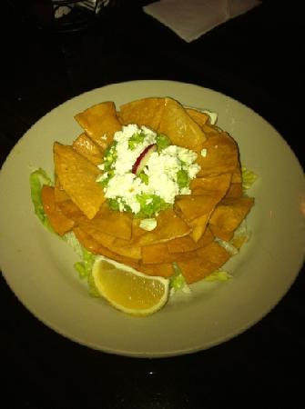 Mi Pequeño El Salvador Restaurant: Nachos with guacamole.