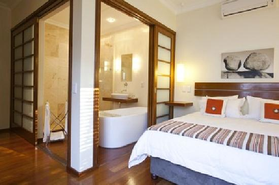Balmoral Guest House: Standard Bedroom and Bathroom