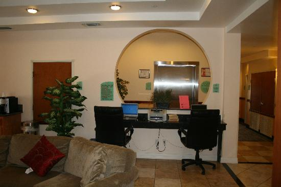 Super 8 by Wyndham Austin/Airport North: The Business Center is right in the lobby but it is comfortable and sufficiently equipped.