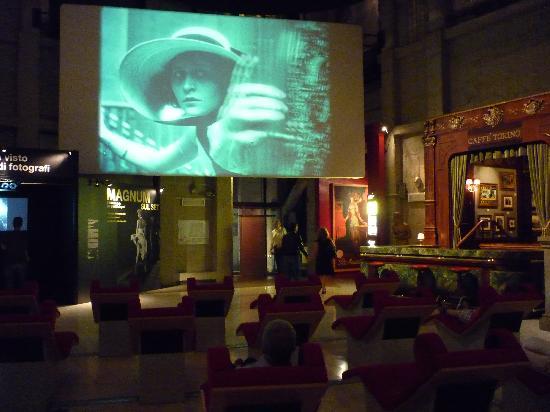 พิพิธภัณฑ์ภาพยนตร์แห่งชาติ: note the red velvet couches with built in headsets