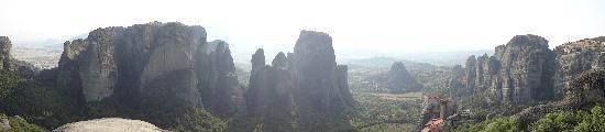 เมทิโอร่า: 途中のview spot からVarlaamを見下ろす。
