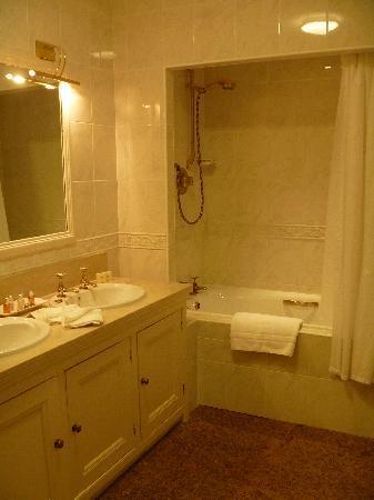Tylney Hall: 洗面台はふたつ!
