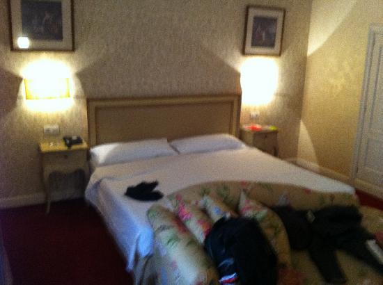 Carlton Hotel: Room 104