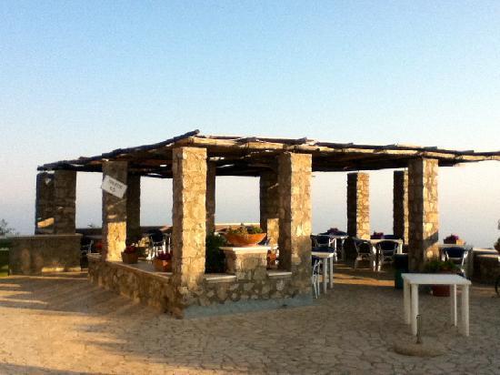 Monte Solaro: Die Terrasse der Snack-Bar am Gipfel