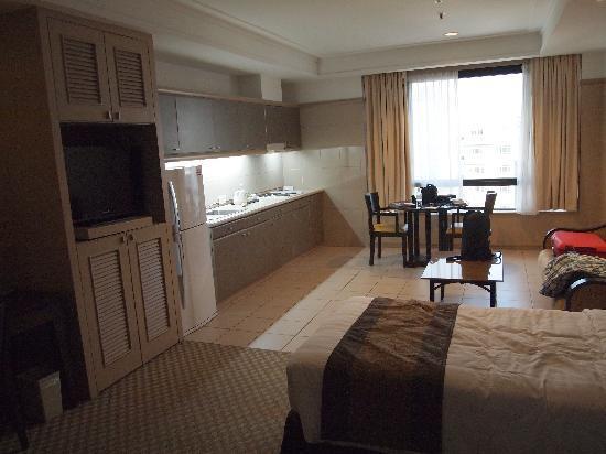 แปซิฟิก รีเจนซี่ โฮเต็ล สวีท: Room and kitchenette