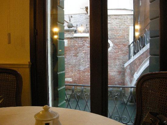 Hotel Bella Venezia: petit déjeuner devant le canal