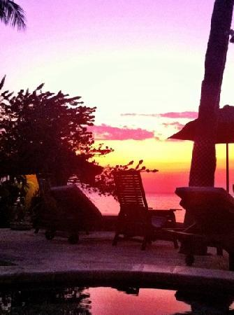 Cleopatra Beach Bungalows: after sunset, sitting in the pool, enjoying a Bintang