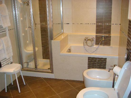 Hotel Campiello: Bathroom of the Queen