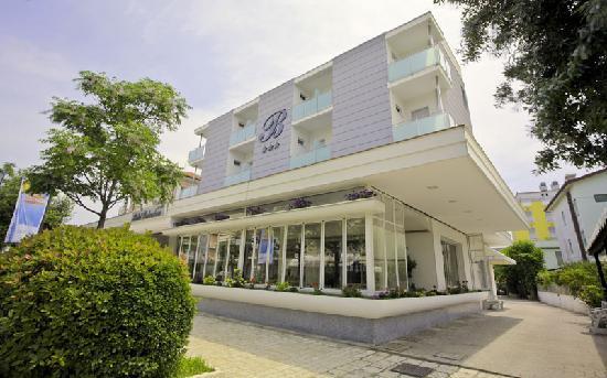 Hotel Belvedere: Vista esterna dalla zona pedonale di Gatteo Mare, a 50 metri dalla spiaggia