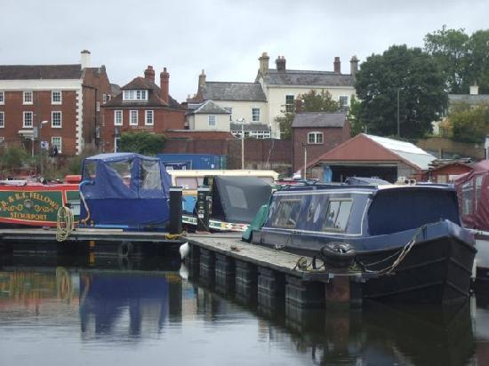 Oakleigh Guest House: Oakleigh from canal basin