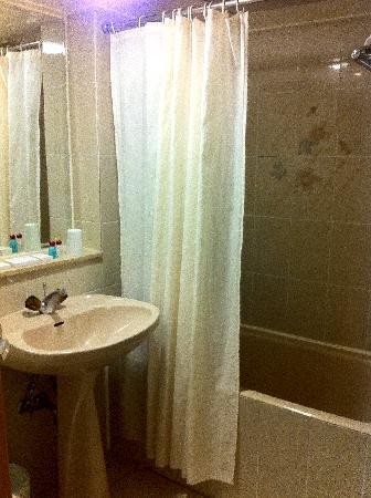 เคดีเอ็ม โฮเต็ล: Bathroom .... a little bit old