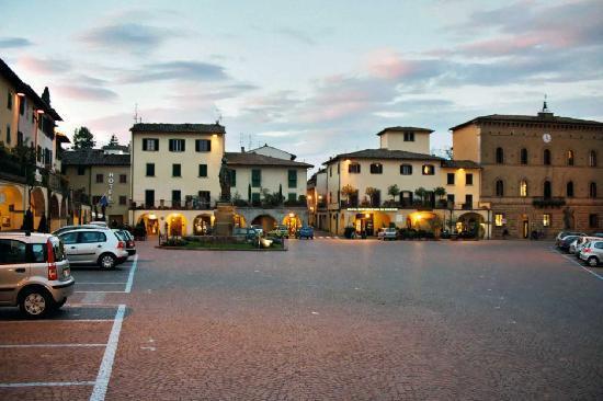 อัลเบอโก เดล ชิอานติ: Piazza Matteotti in Greve-in-Chianti with in the left corner the Albergo del Chianti