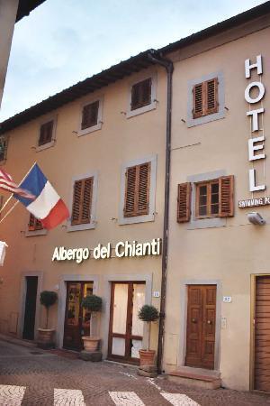 อัลเบอโก เดล ชิอานติ: Close up of Albergo del Chianti's entrance