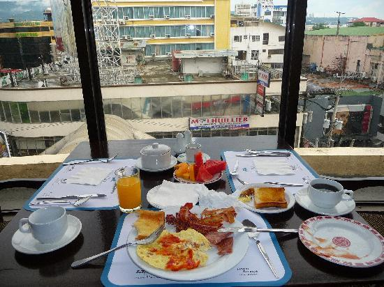 Summit Circle Cebu: Buffet Breakfast with Views of the Mountains