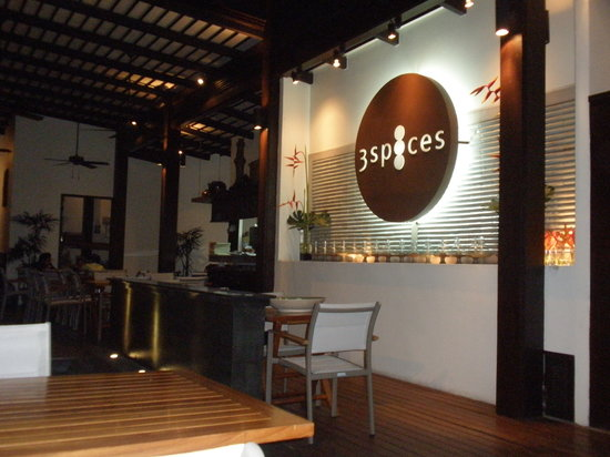 3 Spices Restaurant: Logo del Restaurante. Terraza