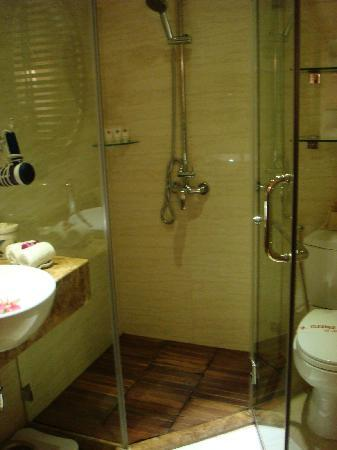 Hanoi Elite Hotel: The bathroom was small, but well sized and not at all cramped.