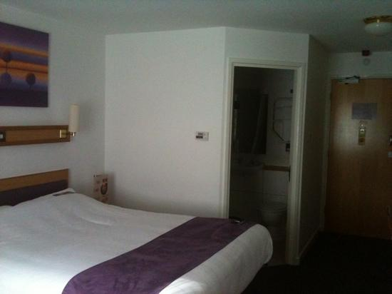Premier Inn Maidstone (Allington) Hotel: good size room
