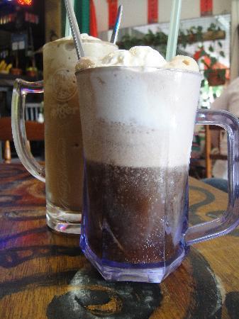 Living Room Cafe Bar & Gallery: milkshake and coke float
