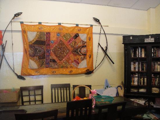 Living Room Cafe Bar & Gallery: bookshelf