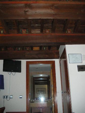 Hotel Santa Isabel: Habitación con techo de madera.