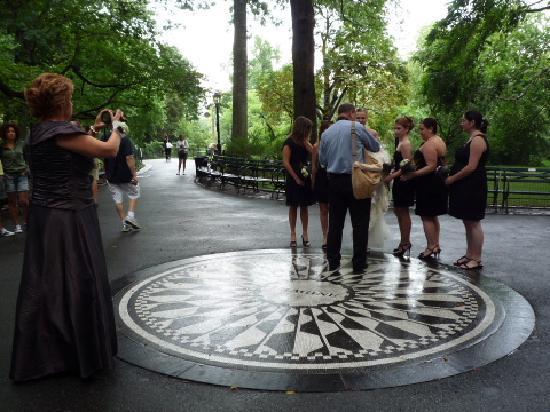 เซ็นทรัลปาร์ค: 結婚式用(?)の写真を撮っていました。